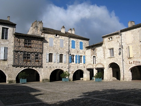 Morning in the central square of Lauzerte