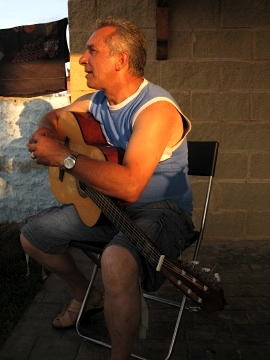 Pepe provided the Spanish guitar music at Villar de Mazarife that night
