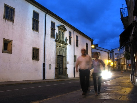 A couple in the darkening streets of Santiago de Compostela