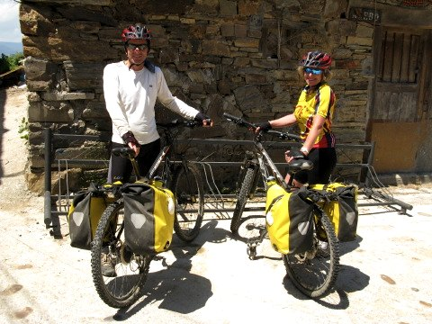The two New Zealand cyclists on their way to Santiago